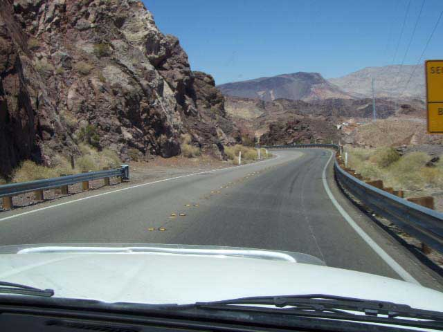 z-2-lane-road-to-hoover-dam.JPG